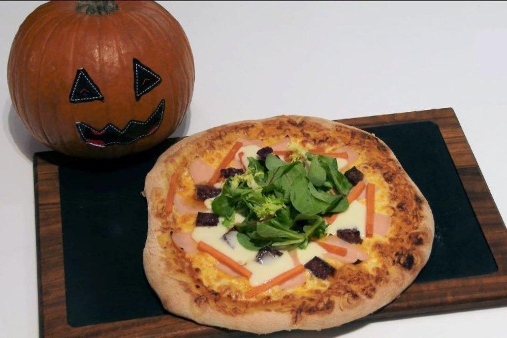 Pizza de queso de cabra y calabaza para Halloween